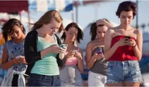 """手机究竟有什么""""魅力""""让我们离不开?"""